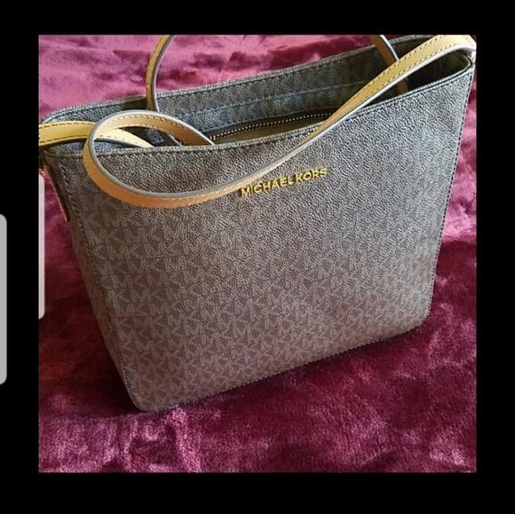 Michael Kors Handbags - 💗  sold  nwt mk jey set trvel